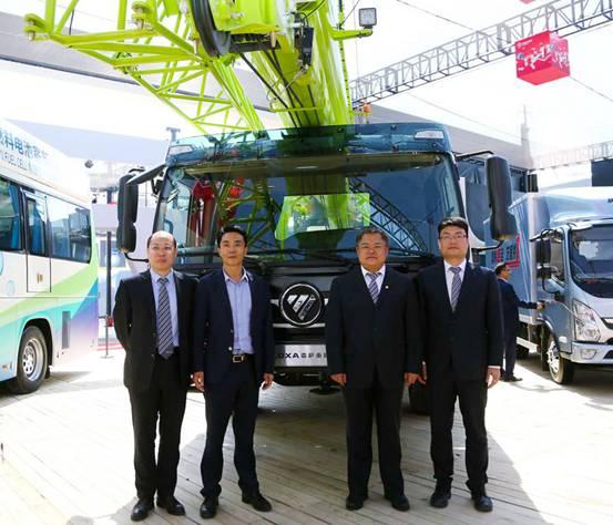 雷萨重机总裁杨国涛先生、经营团队领导和北京中浦总经理缪希超先生在新产品前合影留念